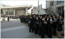 開場を待ちわびる学生たち